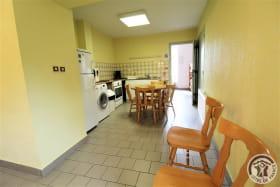 Gîte d'Etape et de Séjour - 10 personnes à Saint Marcel L'Eclairé - Haut Beaujolais, dans le Rhône : cuisine ouverte (rez-de-chaussée).