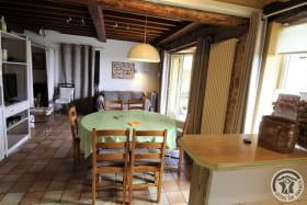 Gîte de Pelozane à Charnay - Région des Pierres Dorées - Beaujolais - Rhône : le coin repas et salon.