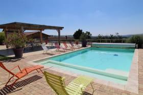 Gîte de groupe du 'Domaine des Vignes' à Bagnols (Rhône-Beaujolais) : la piscine.