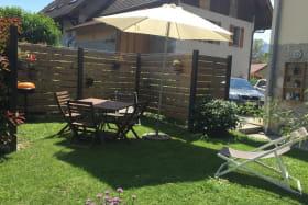 terrasse avec parasol et table