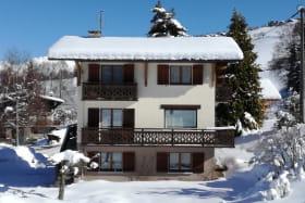 Chalet situé à 1000m d'altitude, d'accès facile en hiver et à proximité du domaine skiable