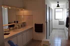 Gîte du Domaine de Barvy à Odenas (Rhône- Beaujolais) : sanitaires : lavabos puis 2 douches et 2 toilettes