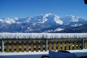 Terrasse du Refuge sous la neige