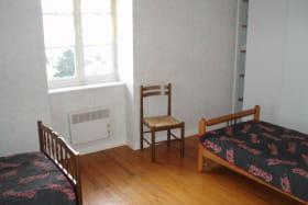 Gîte 'Les Micocouliers' à Saint Loup, Vindry-sur-Turdine (Rhône - Monts du Beaujolais, proche de Tarare) : chambre à 2 lits, côté fenêtre.
