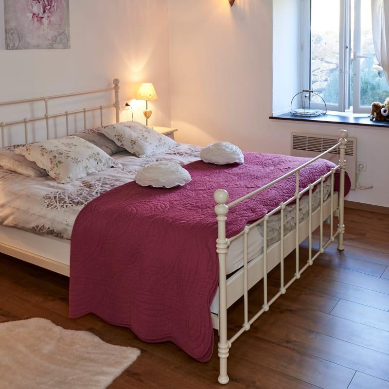 Gîte-jardin-des-roses-rose-tauves-chambre