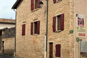 Gîte - 36 personnes - Le « Relais des pierres Dorées » à Lacenas dans le Beaujolais - Rhône : au coeur du village.