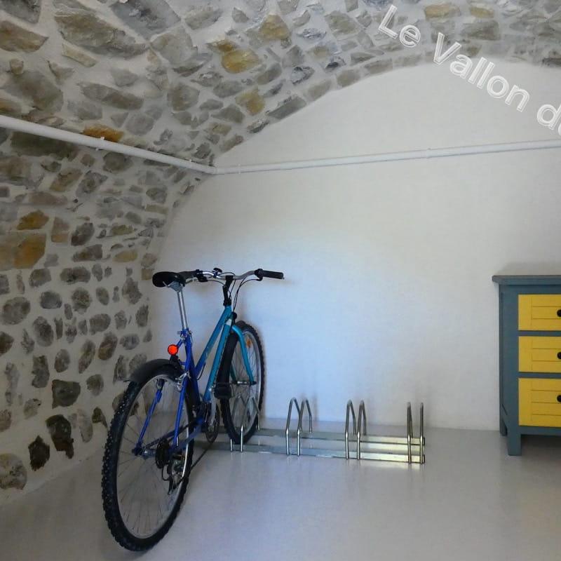 Le nouveau local fermé pour stocker vos VTT. A disposition, une pompe et un kit de réparation de chambre à air.