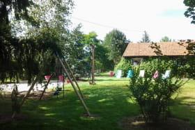 aire de jeux pour enfants : portique, tobbogan, table de pique-nique, bac à sable