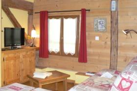 Location maison dans les Bauges - pièce à vivre salon