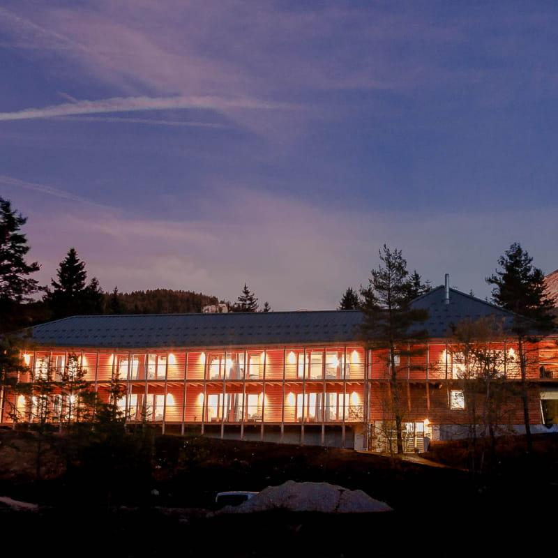 bâtiment éclairé de nuit