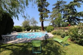 'Gîte des Bruyères' à Denicé (Rhône - Beaujolais Vignobles) : la piscine.