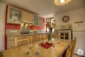 Le séjour, avec une cuisine bien équipée