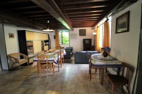 'Gîte vers le Bois' à THEL (Rhône - Monts du Beaujolais) : le séjour (rez-de-chaussée).