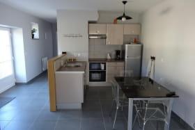 L'espace cuisine équipée : Lave-vaisselle 12 couverts Four électrique, four micro-ondes Réfrigérateur congélateur