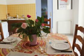 Cuisine ( Lave-vaisselle, four, micro-onde,réfrigérateur avec freezer) Vue sur jardin et cours arborée.