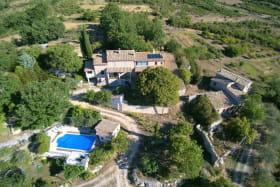 maison du proprietaire gite mitoyen veranda et la piscine en contre bas