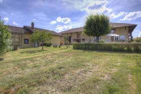 Le gîte indépendant se situe à proximité de la maison des propriétaires, sur la même propriété.