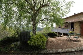 'Gite de La Collonge' à Affoux (Rhône - Monts du Beaujolais) : terrasse ombragée.