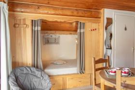 Lit clos avec un matelas en 140 x 190 Les enfants adoreront cette petite cabane...