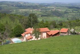 vue d'ensemble maison et bâtiments agricoles, piscine et étang avec de grands espaces de prairies tout autour