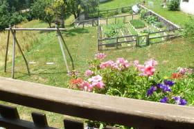 Depuis le balcon,vue sur potager et poulailler.