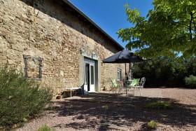 Gîte 'Le Carcan' à Fleurie (Rhône, Beaujolais, sud de Mâcon) : façade et terrasse côté vignes.