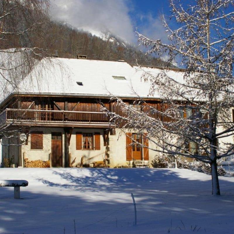 La grange l'hiver coté jardin. La porte fenêtre de droite est le gite qui a l'accès jardin.