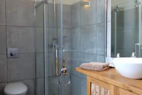 Salle de douche avec WC suite