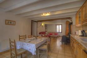 Grande pièce avec espace cuisine ouverte sur le salon