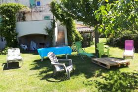 jardin privatif et salon de jardin , barbecue