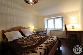 Gîte de la Turdine à Saint Romain de Popey (Rhône - Monts du Beaujolais) : la chambre (1 lit 2 personnes, 1 lit bébé).