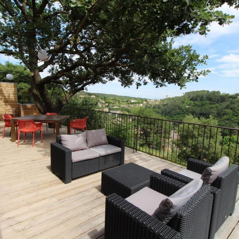 La terrasse panoramique ombragée par le chêne