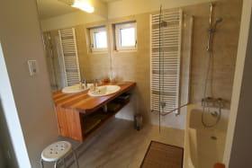 Ecogîte des Buis du Chardonnet - 8 personnes - à Cogny (Rhône - Beaujolais - proche Villefranche-sur-Saône) : salle de bains (étage).