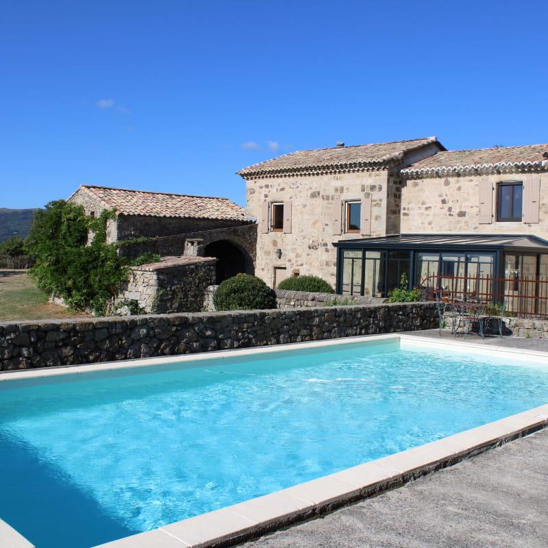 Bâtisse, piscine, terrasse