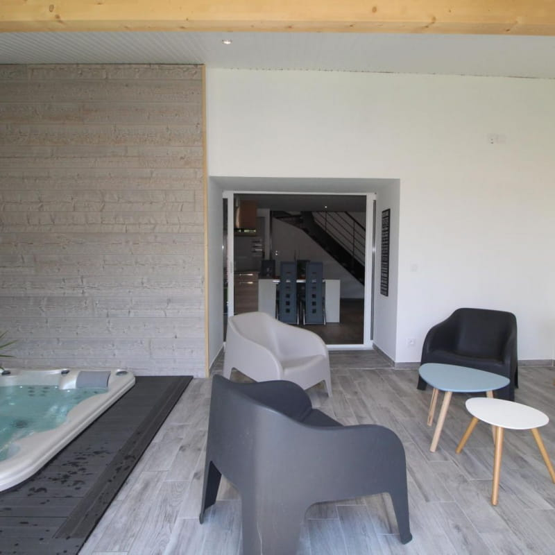 Jacuzzi encastré et privatif à l'appartement dans véranda chauffée l'hiver et climatisée l'été.