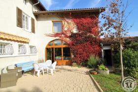 Gîte 'Le Grenier des Vignes Rouges' à Brindas (Rhône - Ouest Lyonnais) : façade côté maison de la propriétaire (gîte à l'étage).