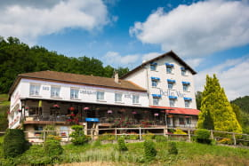 L'hôtel-restaurant face au lac des Fades