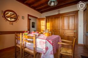 Espace repas dans la cuisine, avec chaise enfant (chaise haute)