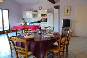 Gîte du Domaine de Barvy à Odenas (Rhône- Beaujolais) : coin-repas et coin-cuisine.