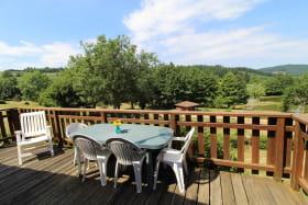 Chalet-Gîte du Plan d'eau d'Azole (Gîte N° 2) à Propières (Rhône - Beaujolais Vert) : la terrasse avec vue sur le plan d'eau.