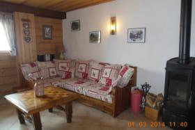 Le coin salon où il est agréable de prendre l'apéro à côté du poêle à bois