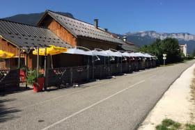 Restaurant avec terrasse en bord de piste cyclable