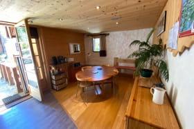 cuisine/salle à manger donnant sur la terrasse sud. Un espace aéré et conviviale
