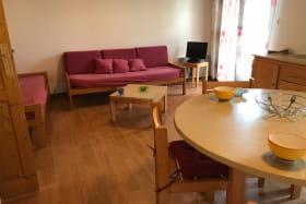 espace repas et salon de la maisonnette des Campanules en montagne bourbonnaise dans l'Allier en Auvergne