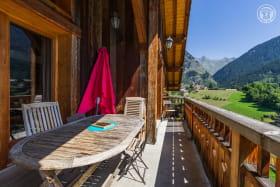 Niveau 2 : vue Est en été sur le village, le jardin et le vallon de Champagny le Haut, depuis le balcon du salon