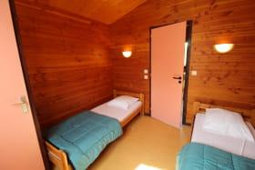 Chalet-Gîte du Plan d'eau d'Azole (Gîte N° 6) à Propières (Rhône - Beaujolais Vert) : chambre avec 2 lits 1 personne.