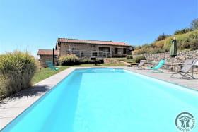 Grand gîte des Chambres de L'Ouest à Longessaigne (Rhône, Monts du Lyonnais) : piscine privative chauffée (8m X 4m).