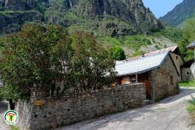 Maison de village typique en pierres et son jardin clos