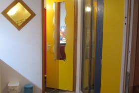couloir de la chambre à la salle de douche