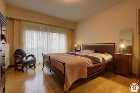 Large chambre à couché avec linge de lit et duvet supplémentaire.